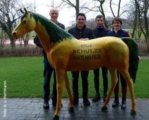Gruppenbild mit Dame: Hausherr Ludger Schulze Niehues (li.) mit einem der Siegerteams des Ü35-Schulpferdecups, der Reitschule Dannenberg.