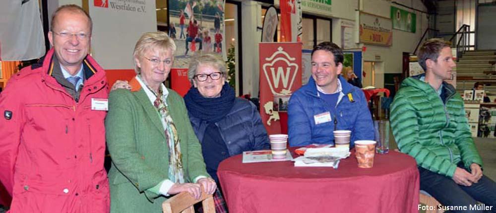 Waren zufrieden mit dem ersten Jugendseminar in Westfalen: Bundestrainer Eberhard Seemann, Landesjugendwartin Christa Middendorf, Bundesjugendwartin Heidi v. Thiel und die Springreiter Toni Hassmann und Christian Kukuk.