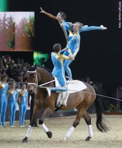 Unter Regie von Ex-Weltmeister Kai Vorberg stellen die Voltigierer ihren Sport im großen Ring der Equitana vor.