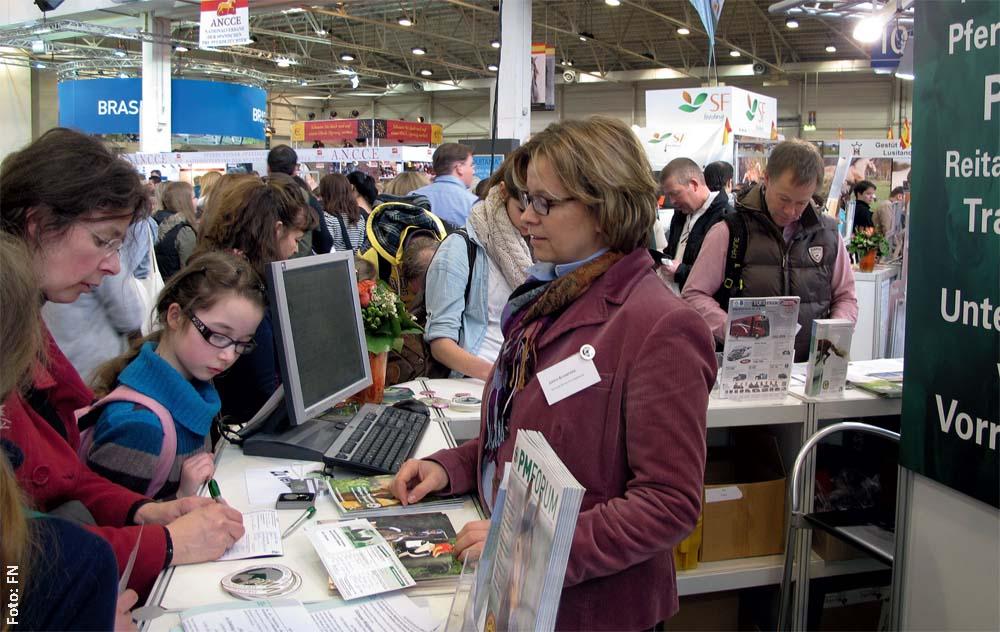PM-Mitarbeiterin Judith Schaefers berät die PM am Stand in Halle 10/11.
