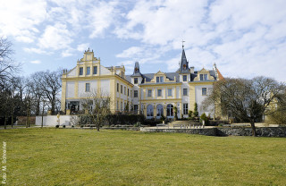 Rund 800 Jahre alt ist die Geschichte Liebenbergs, dessen Schloss aus einem ab 1743 erbauten Herrenhaus hervorging, in dem sich heute ein Restaurant befindet. Seit 2005 sind Schloss & Gut Liebenberg Eigentum der DKB Stiftung und seit 2010 eines der größten Integrationsunternehmen Brandenburgs.