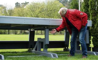 Parcoursbauer Rüdiger Schwarz ist intensiv in die Entwicklung und Erprobung neuer Hindernisse eingebunden. Hier demonstriert er die Klapp-Mechanik des neu konstruierten MIM-Tischs.