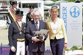 Auszeichnung in Balve: Hans- Peter Schmidt mit Laudatorin Isabell Werth und Turnierchefin Rosalie Gräfin von Landsberg- Velen.