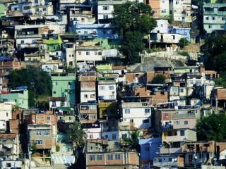 Favelas am Rande der Metropole Rio. Foto: B. Comtois