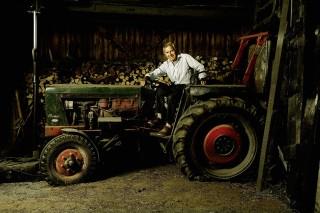 """Peter Luther und sein historischer Traktor. Die Schlagzeile """"Da kommt der Treckerfahrer mit seinem Ferrari"""" bezog sich allerdings nicht auf das Gefährt, sondern auf den springgewaltigen Livius. Foto: J. Toffi"""