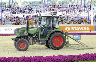Immer im Einsatz: die Fendt-Traktoren bei der Pflege des Deutsche Bank Stadions in Aachen. Foto: S. Lafrentz