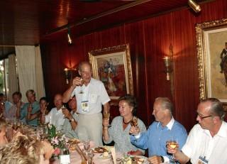 Während der Olympischen Spiele 1992 in Barcelona feiert Herbert Meyer Silberhochzeit mit seiner Gretl. Der frühere FN-Präsident Dieter Graf Landsberg-Velen prostet dem Silberpaar zu. Foto: W. Ernst