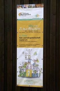 Das Banner zur Auszeichnung mit dem dsj-Zukunftspreis hängt an der Reithalle der RFG Auetal. Alle Fotos: Stroscher