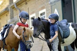 Kleine Kinder brauchen kleine Ponys und qualifizierte Betreuung. Beides will die Initiative PM-Ponyspaß fördern. Foto: Holger Schupp