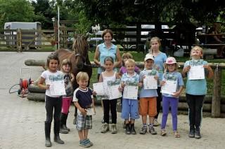 Stolz wie Oskar: Die Kinder haben ihr erstes Reitabzeichen erfolgreich gemeistert.