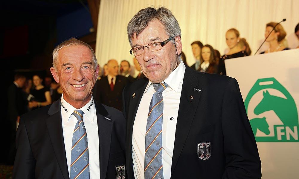 Die Laudatio auf Dieter Kröhnert (re.) hielt Bundestrainer Hans Melzer. Foto: Kaup/FN