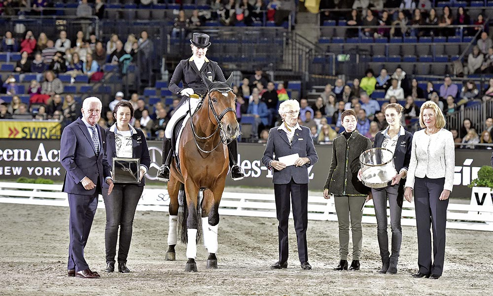 Auch für Emilio, den Isabell Werth im Grand Prix-Sport etablierte, gab's in diesem Jahr den Otto-Lörke-Preis. In Stuttgart bei der Ehrung mit dabei war natürlich Pferdebesitzerin Madeleine Winter-Schulze, rechts neben Emilio. Foto: K.H. Frieler